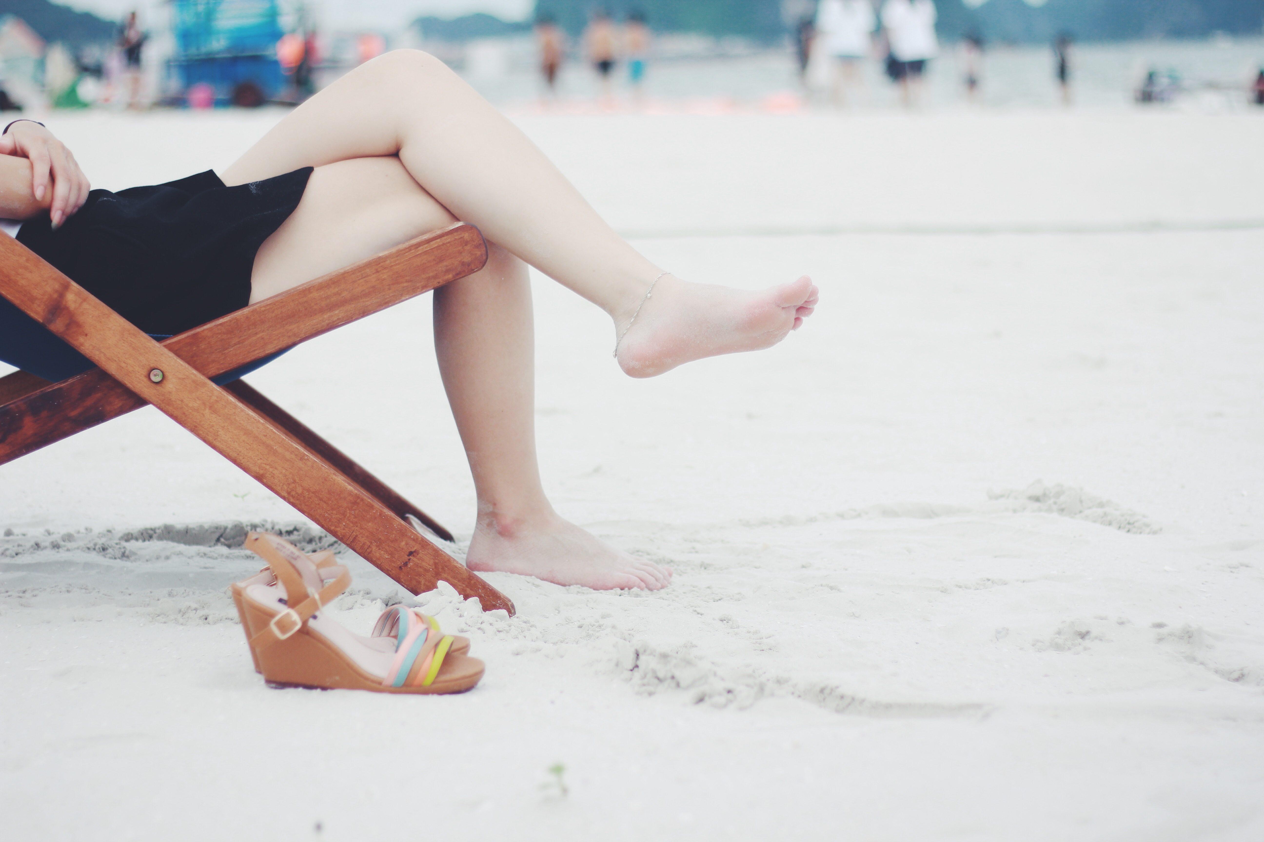 kobieta odpoczywająca na plaży
