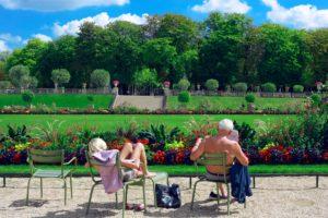 dwoje ludzi w parku czyta